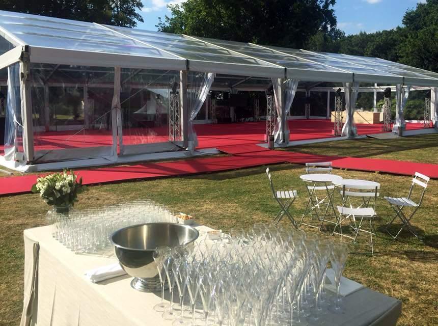 Présentation d'une bâche événementielle avec une table et des coupes à champagne
