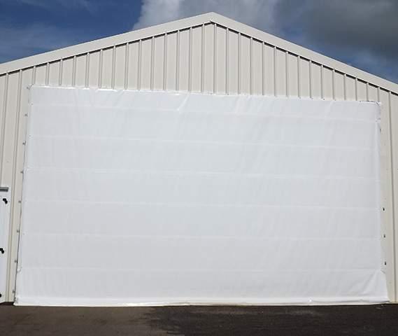 Bâche de protection sur un hanger industriel