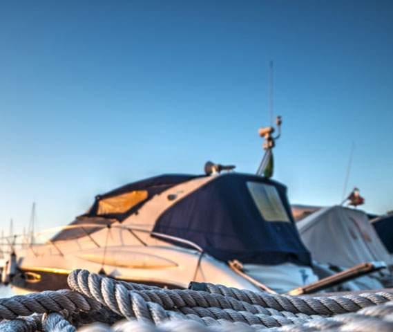 Bâche nautique posée sur un bateau dans un port de plaisance