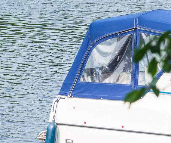 Bâche transparente recouvrant un bateau de plaisance