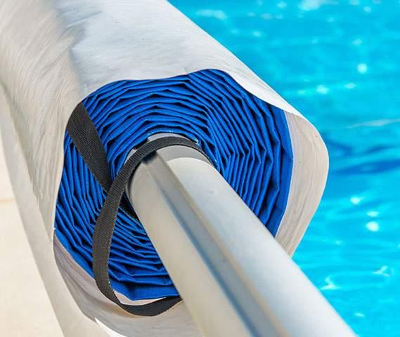 Bâche de couverture de piscine enroulée